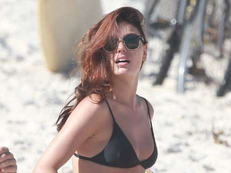 Isis Valverde mostra cabelo ruivo em dia na praia do Rio de Janeiro