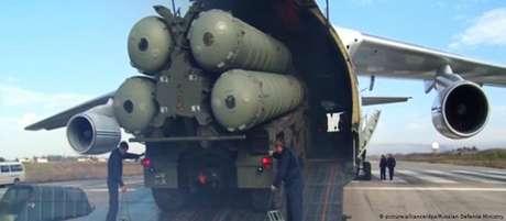Sistema russo de mísseis S-400 é desembarcado na Turquia