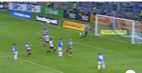 Robinho chutou , a zaga do Galo rebateu, mas o meia do Cruzeiro pegou o rebote e mandou para o gol. O goleiro atleticano estava tentando voltar para o gol, mas não deu tempo-(Reprodução)