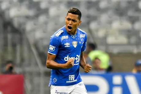Pedro Rocha, do Cruzeiro, comemora após marcar gol em partida contra o Atlético Mineiro, válida pelas quartas de final da Copa do Brasil, no estádio Mineirão, em Belo Horizonte (MG)