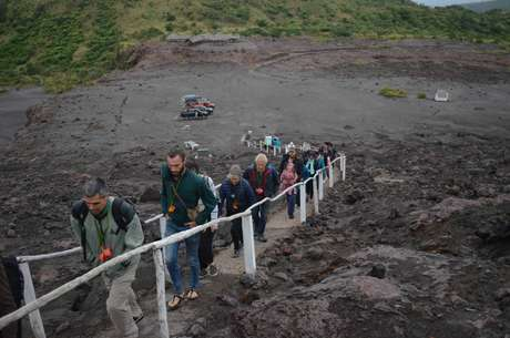 Carros ficam no centro de visitantes; grupo segue por uma trilha curta até a cratera