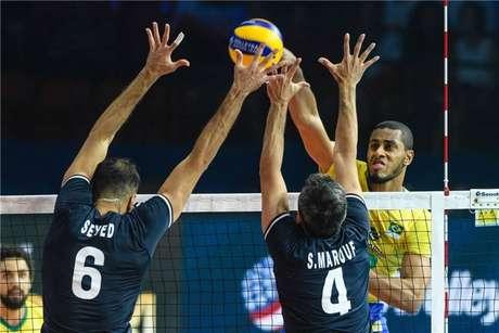 Lucarelli aponta Brasil com forte saque para derrotar EUA na Liga das Nações.