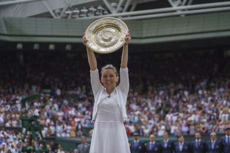 Simona Halep (ROU) posa com troféu após derrotar Serena Williams 13/07/2019 Susan Mullane-USA TODAY Sports