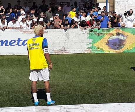 Neymar bateu bola por quase meia hora neste sábado, em evento no seu instituto (Foto: Vinícius Perazzini)