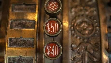 Também conhecido como sinal ou símbolo de dólar, o cifrão hoje é relacionado ao consumismo e à mercantilização
