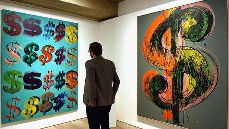 O artista Andy Warhol usou o símbolo do cifrão em suas obras