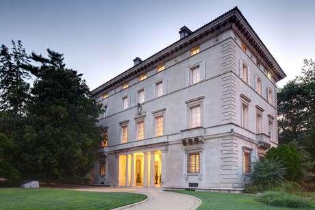 Batizada de Villa McCormick pela Comissão de Belas Artes de Washington, casa que abriga a residência do Embaixador do Brasil nos Estados Unidos foi construída em 1931 e comprada pelo governo brasileiro três anos depois