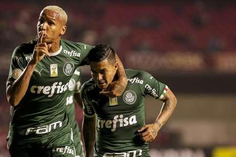 Dudu e Deyverson comemoram gol contra o São Paulo