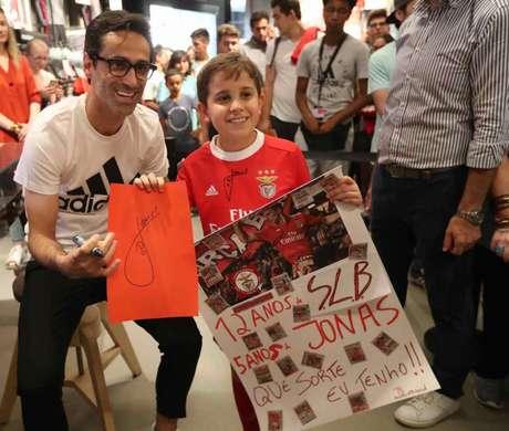 Em tom de despedida, Jonas participa de sessão de fotos com fãs do Benfica (Foto: Divulgação | SLBenfica)