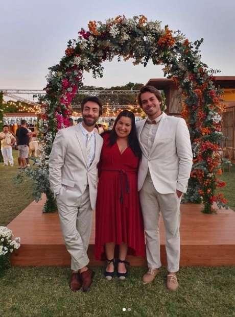 Juliano (Rodrigo Pandolfo) com a irmã, Marcelina (Mariana Xavier) e o marido Thiago (Lucas Cordeiro) no set de 'Minha Mãe é uma Peça 3'