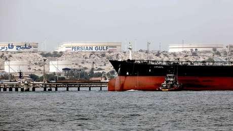 As exportações de petróleo do Irã, principal fonte de receita do governo, foram cortadas pela metade