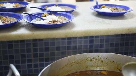 Em conjunto habitacional do DF, há 'mães que não têm o que dar de comer aos filhos nas férias'; acima, merenda em escola brasiliense