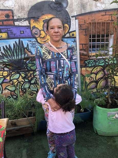 Marinalva e a neta em busca de doações para garantir a alimentação da família