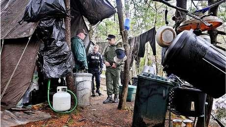 O local do acampamento foi inspecionado pela polícia depois que Knight foi detido
