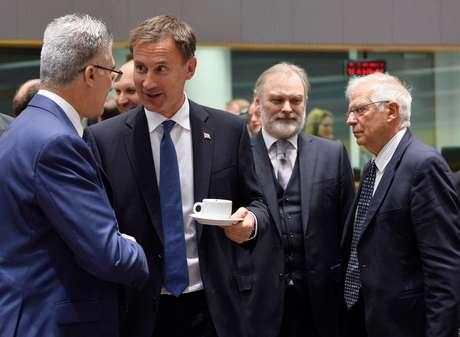 Chanceler de Malta, Carmelo Abela, conversa com homólogo britânico, Jeremy Hunt, durante reunião de chanceleres da UE em Bruxelas 15/07/2019 REUTERS/Johanna Geron