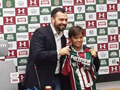 Theo Clement, filho do jornalista Paulo Julio Clement, recebe uma camisa do Fluminense do presidente do clube, Mário Bittencourt