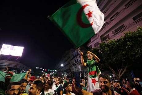França prende 282 em Festa da Bastilha e vitória da Argélia