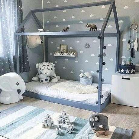 67. Cama montessoriana azul em quarto com decoração azul