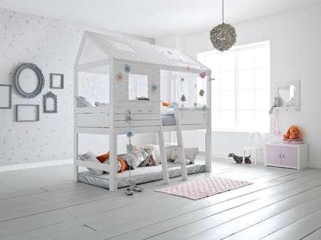 9. Neste projeto, a cama de casinha ganhou um segundo andar e virou uma beliche montessoriana