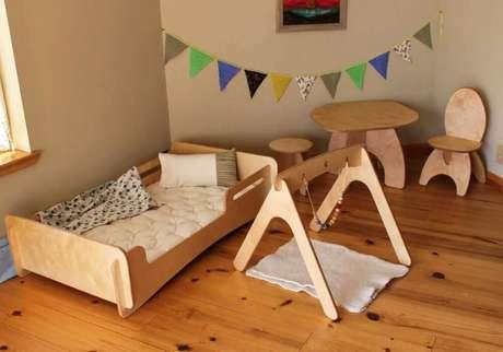 73. Quarto montessoriano com móveis e piso de madeira