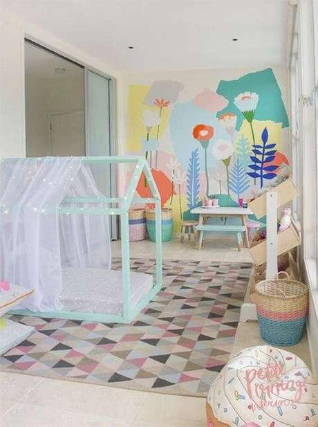 62. Cama montessoriana em quarto colorido
