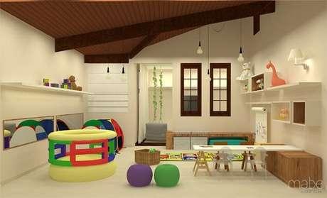 18. Este quarto montessoriano tem vários brinquedos para a criança. Projeto de Rebeca Bernardes