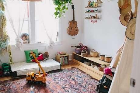 19. Os móveis de madeira e a planta dão um ar meio rústico ao quarto
