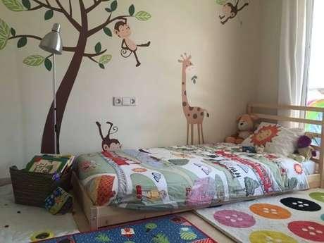 5. Cama montessoriana em quarto com tema de bichinhos
