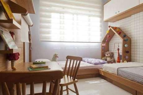 53. Quarto montessoriano com duas camas