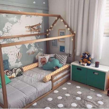 81. Cama montessoriana em quarto verde e cinza