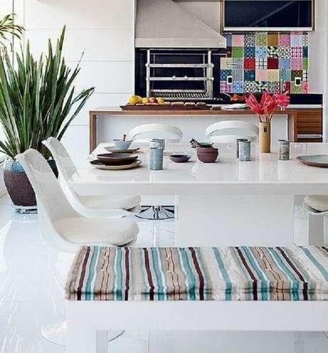 32. Apesar de ser mais comum um espaço gourmet com decoração rústica, também é possível investir em outros estilos – Foto: Lucilen Leitte