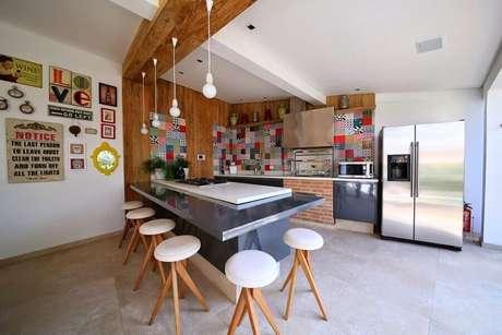 35. Decoração de cozinha gourmet ampla com banquetas de madeira e luminárias minimalistas – Foto: Pinterest