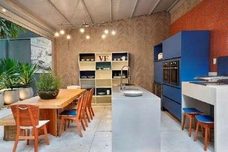 38. Invista em móveis coloridos para dar um toque alegre na decoração do seu espaço gourmet – Foto: VF Archidesign