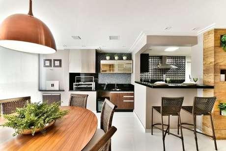 40. Se possível integre o seu espaço gourmet com a cozinha e ganhe um ambiente mais funcional – Foto: Tetriz Arquitetura e Interiores