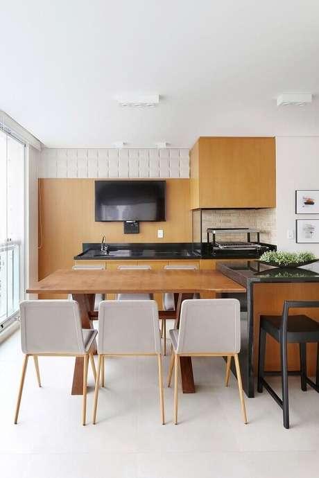 45. Decoração para espaço gourmet com detalhes em madeira e cadeiras cinza – Foto: Renata Popolo