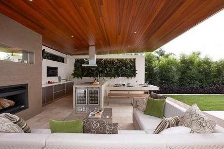 46. Decoração para espaço gourmet amplo com jardim – Foto: Dean Herald-Rollings Stone Landscapes