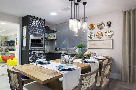 49. Decoração para espaço gourmet pequeno com churrasqueira elétrica e parede de tinta lousa – Foto: Lorrayne Zucolotto