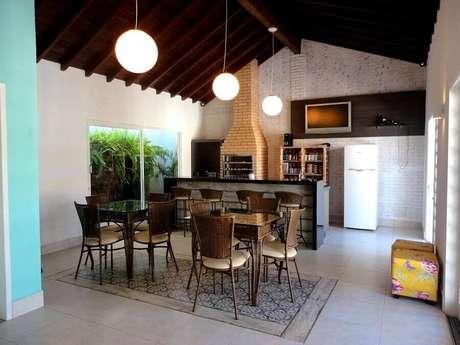 51. Decoração simples para espaço gourmet amplo com churrasqueira de alvenaria – Foto: Ana Flavia Teixeira