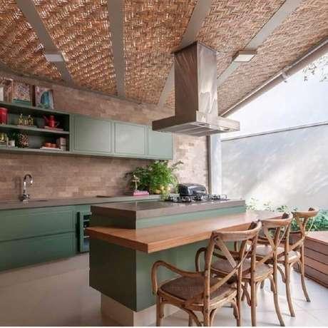 53. Decoração para espaço gourmet com bancada de madeira e armários planejados verde – Foto: Pinosy