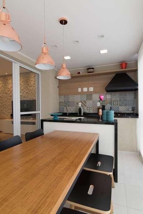 56. Espaço gourmet decorado com mesa de madeira e luminárias rose gold – Foto: Moussi Arquitetura