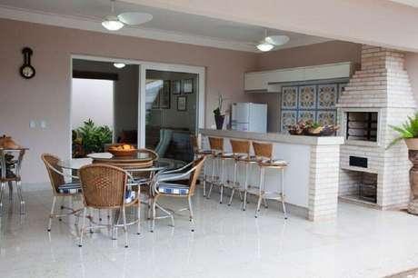 57. Espaço gourmet decorado com mesa redonda e churrasqueira de alvenaria – Foto: Fantin & Siqueira – Arquitetura e Decoração