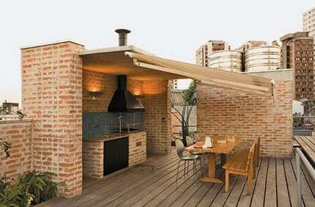 59. Decoração para espaço gourmet externo com paredes de tijolinho à vista – Foto: Francisco Barros