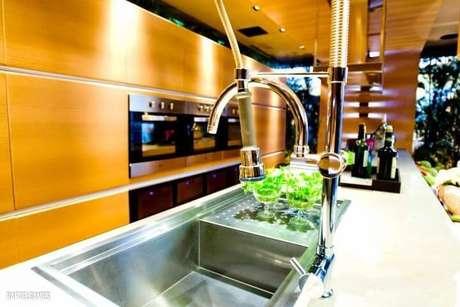 4. Espaço gourmet pequeno com misturador com ducha e torneira. Projeto de Carla Felippi