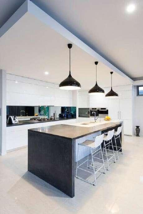61. Espaço gourmet todo branco decorado com luminárias pretas e estilo moderno – Foto: Stuart Osman Building Designs