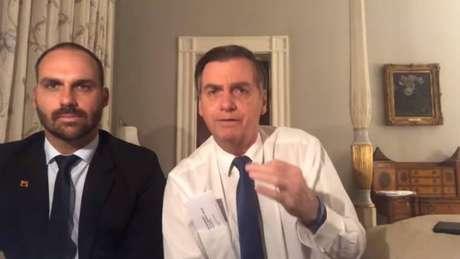 Jair Bolsonaro participa de live ao lado do filho Eduardo nos Estados Unidos