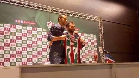 Nenê foi apresentado pelo presidente Mário Bittencourt (Foto: Joel Silva/Lance!)