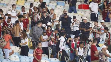 Policiais foram acionados para conter a briga entre os torcedores do Fluminense (MARCELO DE JESUS / RAW-IMAGE)