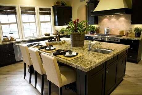 52. Bancada de centro da cozinha feito em pedra de granito. Fonte: Pinterest
