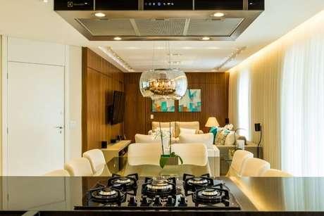 38. Bancada em granito preto em cozinha americana. Projeto de By Arq & Design