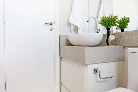 24. Banheiro claro com bancadaem revestimentocinza e cuba de apoio branca. Projeto de Patricia Campanari